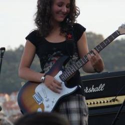 Elena, segunda guitarra del grupo